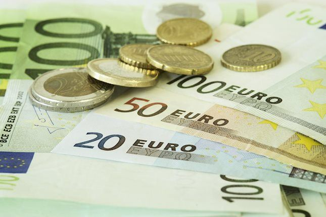 EUR/USD trades near 1.1300 amid USD strength, fear of tariffs