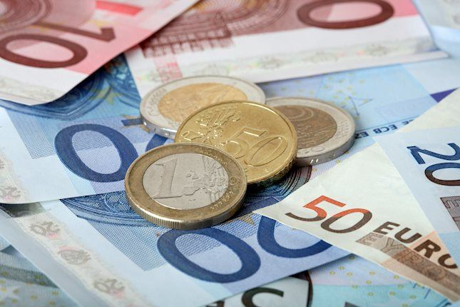 EUR/USD recovers from daily lows but holds below 1.1600